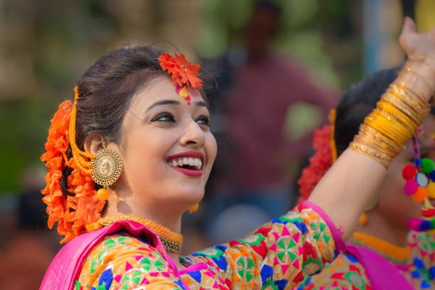 junges mädchen im frühjahr festliches make-up. - indische gesichtsfarben stock-fotos und bilder