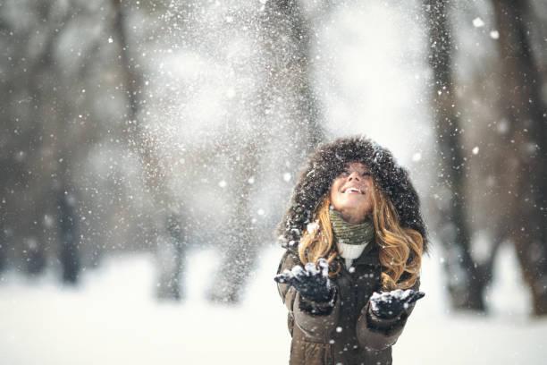 Junges Mädchen im Schnee Winterzeit genießen – Foto