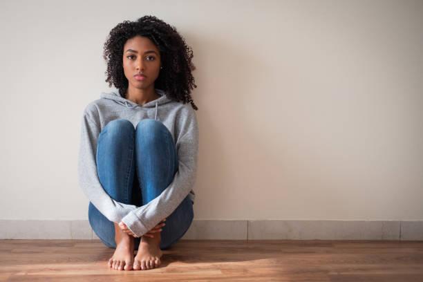 有困難的年輕女孩感到悲傷和沮喪 - 少女 個照片及圖片檔