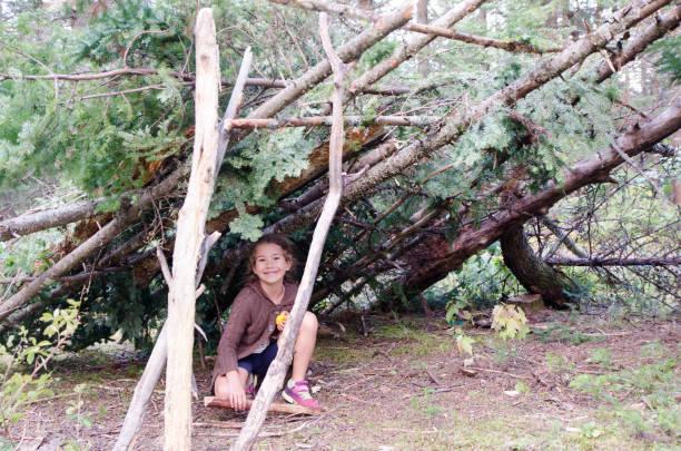 Junge Mädchen in seiner Holzhütte machte er im Wald während Sommertag – Foto