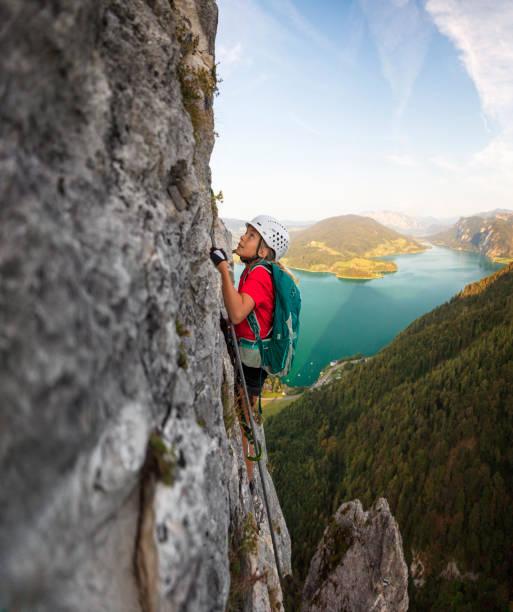Junges Mädchen klettert an die Spitze eines Berges in Alpen – Foto