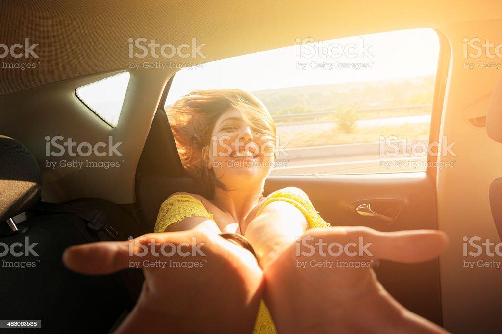 Junges Mädchen ist Sie reisen mit dem Auto an einem sonnigen Tag – Foto