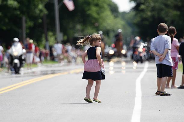 young girl saltos de alegría en el desfile del 4 de julio - feliz dia del policia fotografías e imágenes de stock