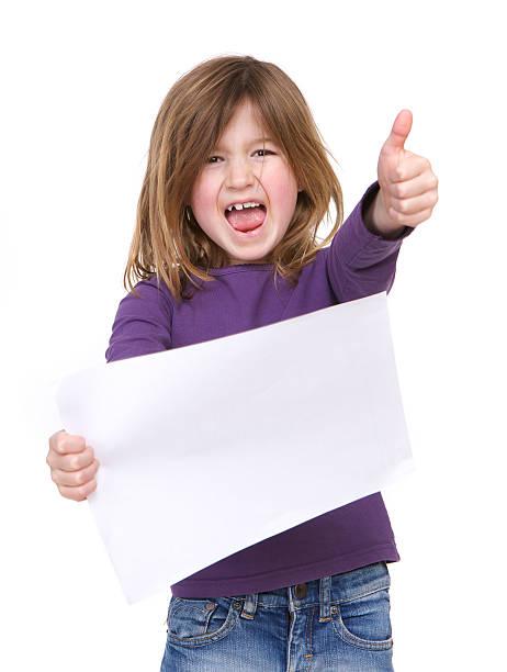 junges mädchen lacht und hält leere poster - sprüche kinderlachen stock-fotos und bilder