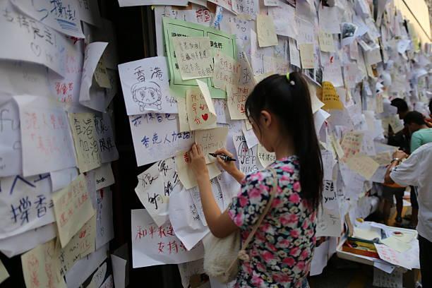 Junge Mädchen, die eine Nachricht zu HK Regierung – Foto