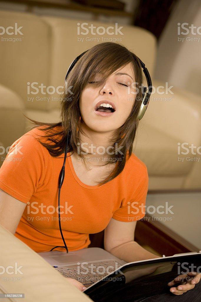 Junges Mädchen hören Sie Musik wie zu Hause fühlen. – Foto