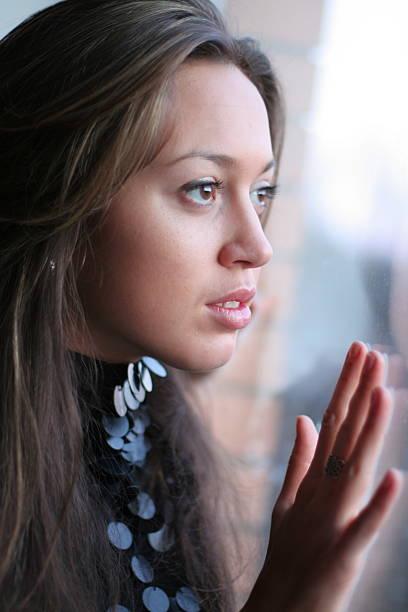 young girl look im fenster. - türkise haare stock-fotos und bilder