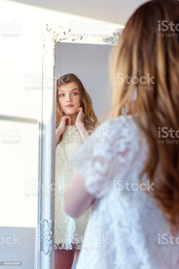 Ung flicka tittar i spegeln - Royaltyfri Barn Bildbanksbilder