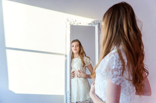 Meisje In Spiegel Kijken Stockfoto en meer beelden van Begrippen