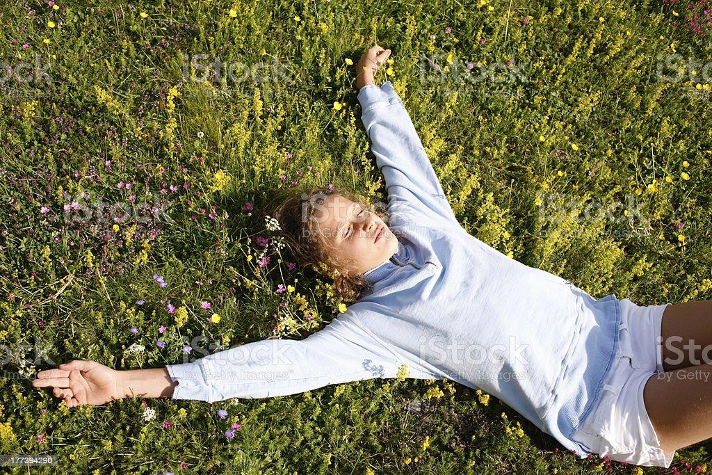 Junges Mädchen liegen auf einem Feld mit Blumen – Foto