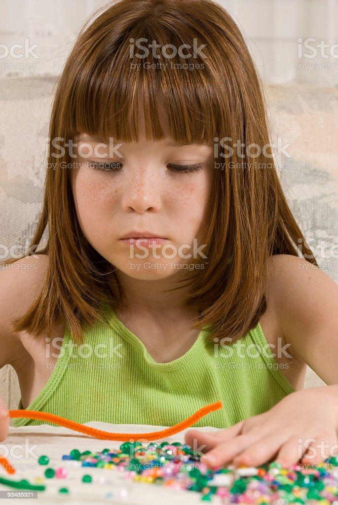 Junges Mädchen Grimassen-Armband Lizenzfreies stock-foto