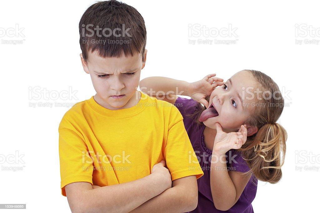 Junges Mädchen mocking junge-isoliert – Foto