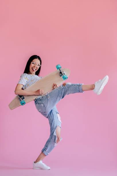 jeune fille sur fond rose - mode hipster photos et images de collection