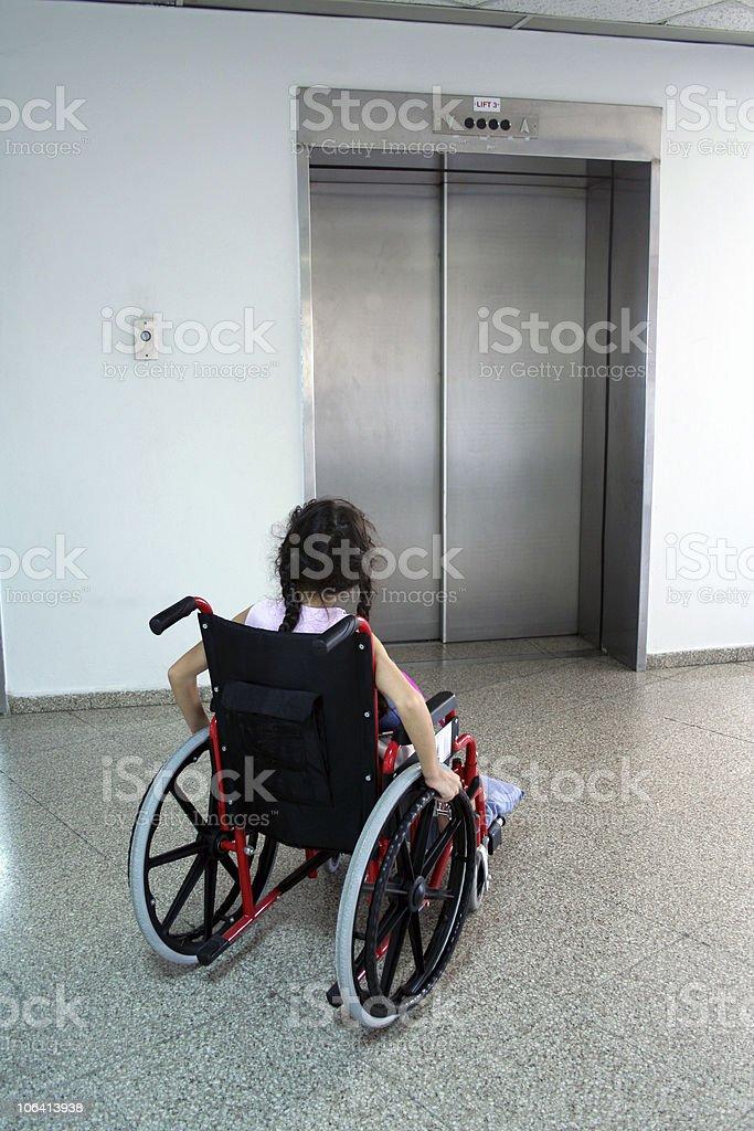 Junges Mädchen auf einen Rollstuhl – Foto