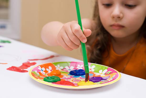 junges mädchen malen - handbemalte teller stock-fotos und bilder