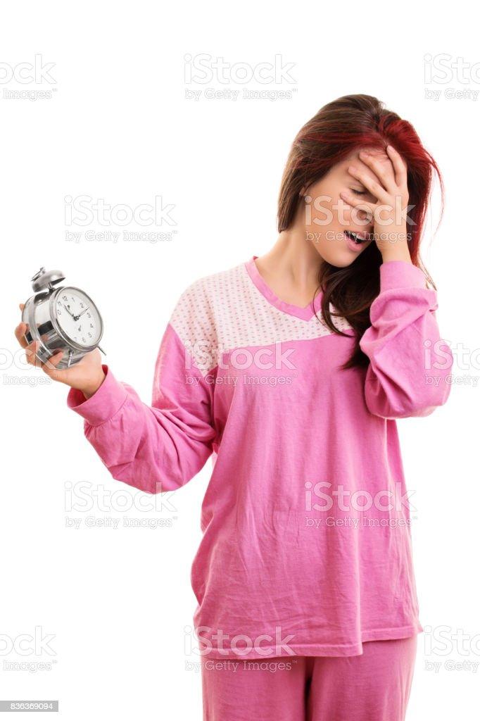 Jovem, segurando um despertador a entrar em pânico - foto de acervo