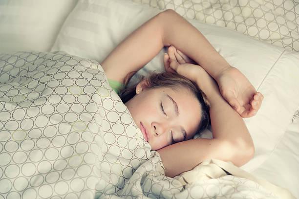 Junges Mädchen Schlafen Sie friedlich in hellen die Bettwäsche. – Foto
