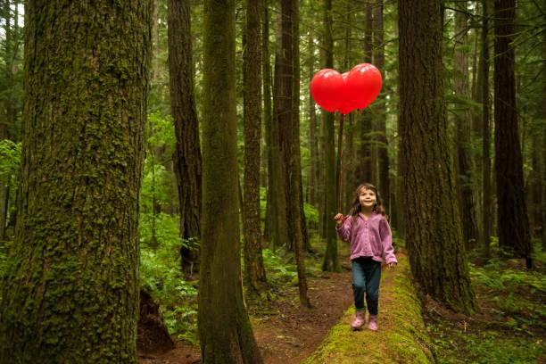 Junge Mädchen spielen in der Natur – Foto