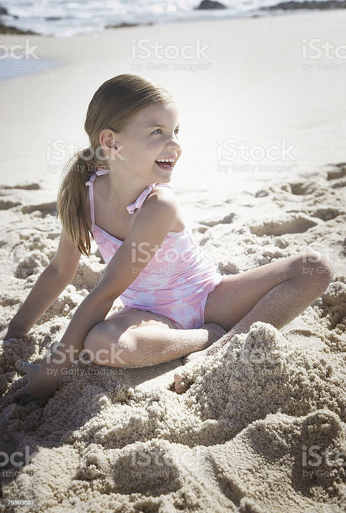 Um jovem Menina brincando na Areia foto de stock royalty-free