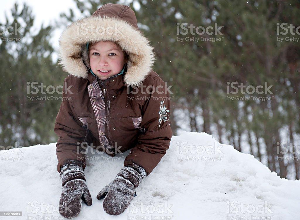 Giovane ragazza giocare nella neve foto stock royalty-free