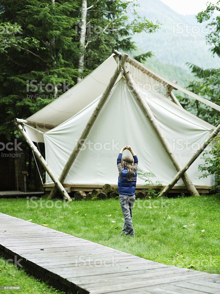 Dziewczynka bawi się poza namiotem. zbiór zdjęć royalty-free