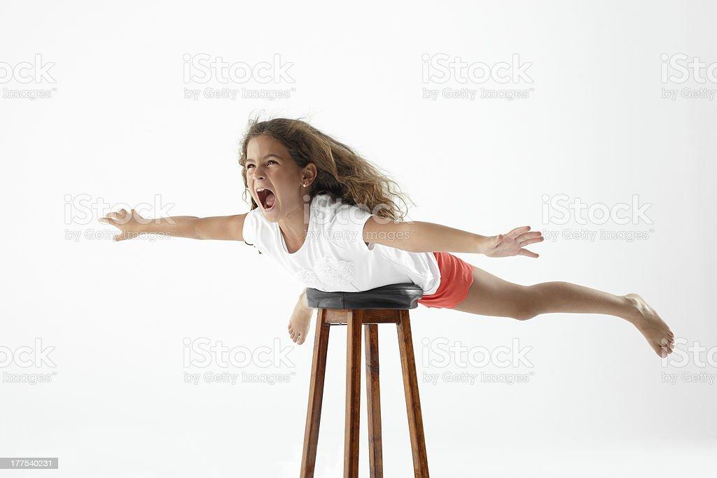 Junge Mädchen spielen, fliegen mit Hocker – Foto