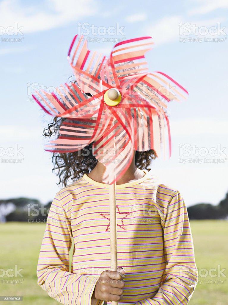 Giovane ragazza giocando con tappezzi Mulino a vento foto stock royalty-free