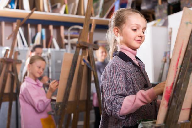 junge mädchen üben sie ihre fähigkeiten beim malen - reifen hamburg stock-fotos und bilder