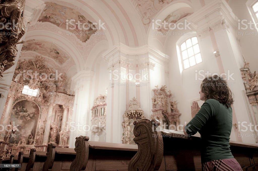 Garota de oração numa igreja - foto de acervo