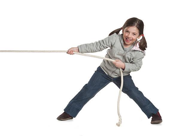Junges Mädchen ziehen ein Seil – Foto