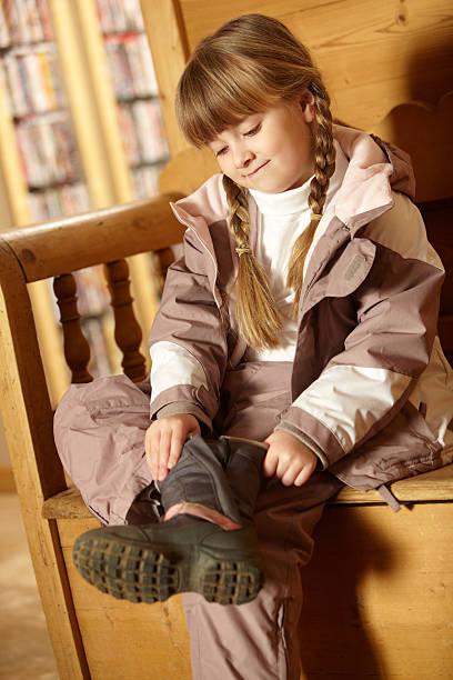 junges mädchen trägt warmen outdoor-kleidung - kinder winterstiefel stock-fotos und bilder
