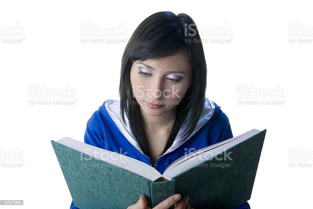 Jeune fille lisant un livre à la recherche dans le photo libre de droits