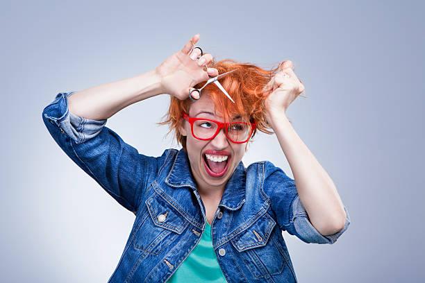 junges mädchen schreit und schiebt ihr haar - cut wrong hair stock-fotos und bilder