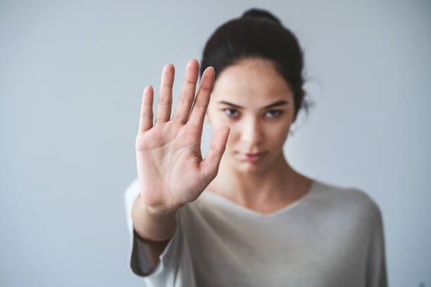 Junges Mädchen zeigt Stop Geste – Foto