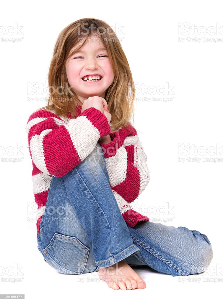 Junges Mädchen sitzen und Lachen – Foto