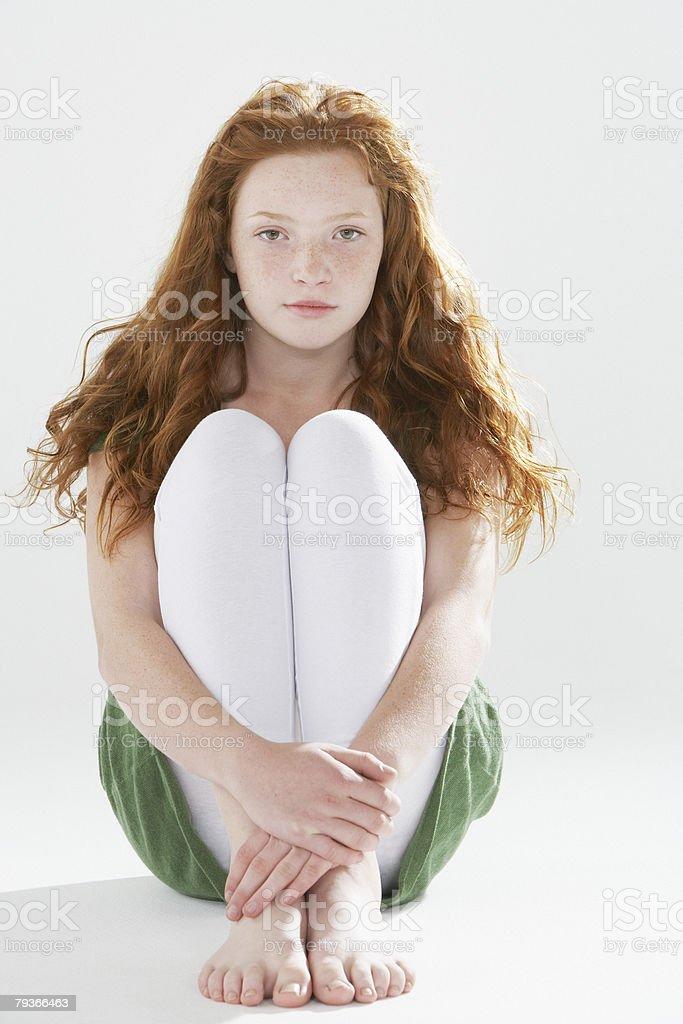床に座る若い女の子屋内 ロイヤリティフリーストックフォト