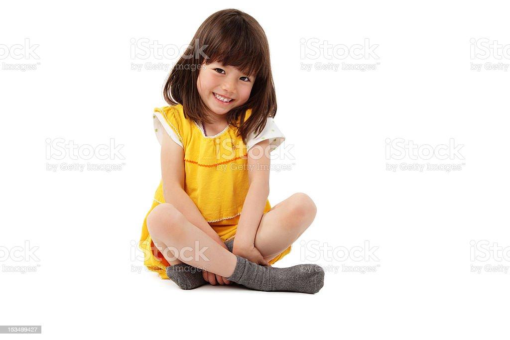 Jeune fille assise avec les jambes croisées-isolé - Photo