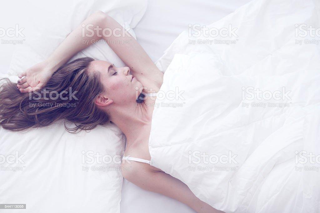 Junges Mädchen schlafen im Bett – Foto