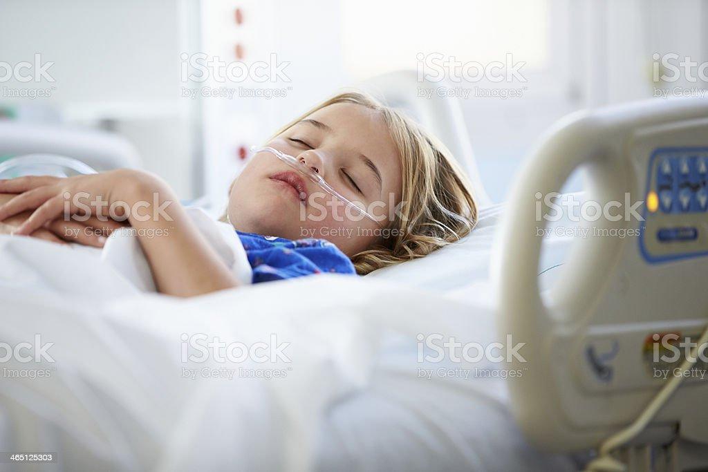 Junges Mädchen Schlafen In Intensive Care Unit Lizenzfreies stock-foto