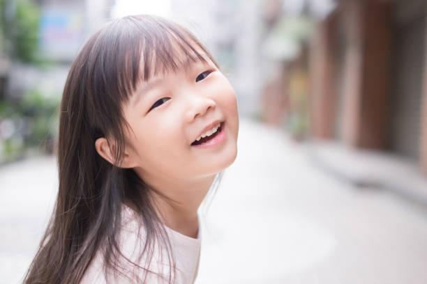 junges Mädchen Lächeln für Sie – Foto