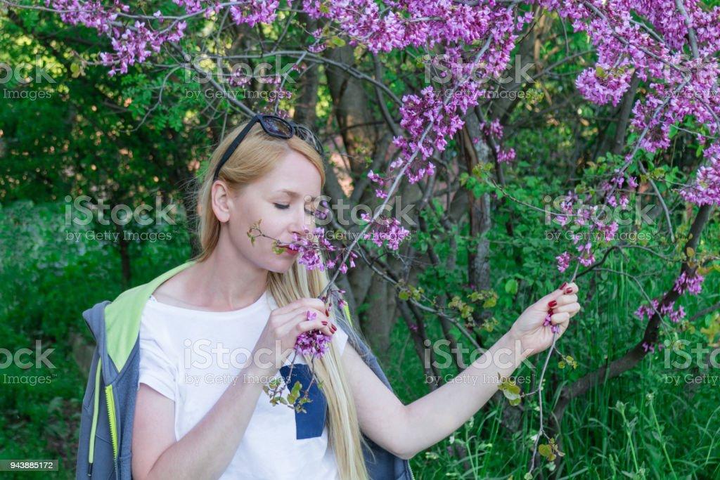 Photo libre de droit de Jeune Fille Reniflant Fleurs ...