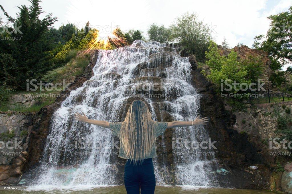 Genç kız sevinç ve Paz karşı karşıya ilham ile el yayılan güneş tebrik. royalty-free stock photo