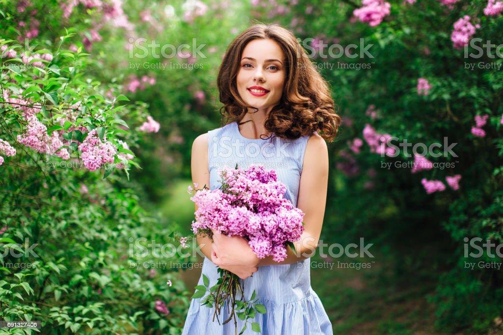 Junges Mädchen Stand im Park Hintergrund mit Blumenstrauß – Foto