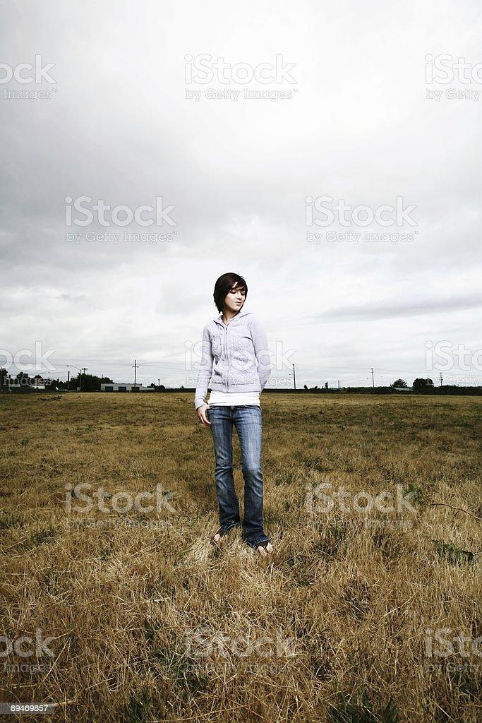 Junges Mädchen stehen in einem Dry Meadow Lizenzfreies stock-foto
