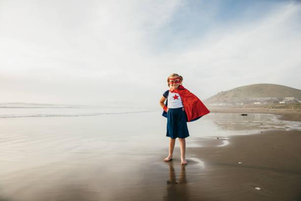 Junges Mädchen Superhelden am Strand von Kalifornien – Foto