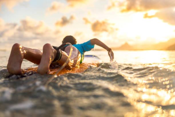 Junges Mädchen Surfen bei Sonnenuntergang – Foto