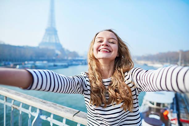 young girl taking selfie near the eiffel tower - selfie girl stockfoto's en -beelden