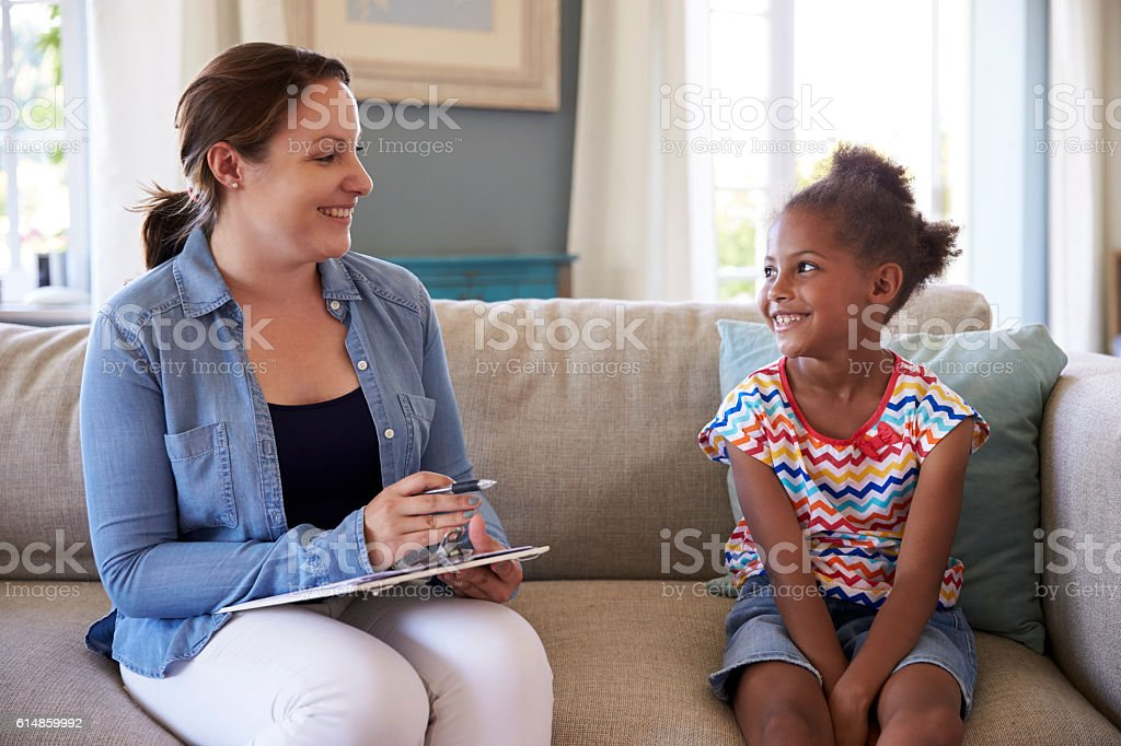 Young Girl Talking With Counselor At Home - foto de stock