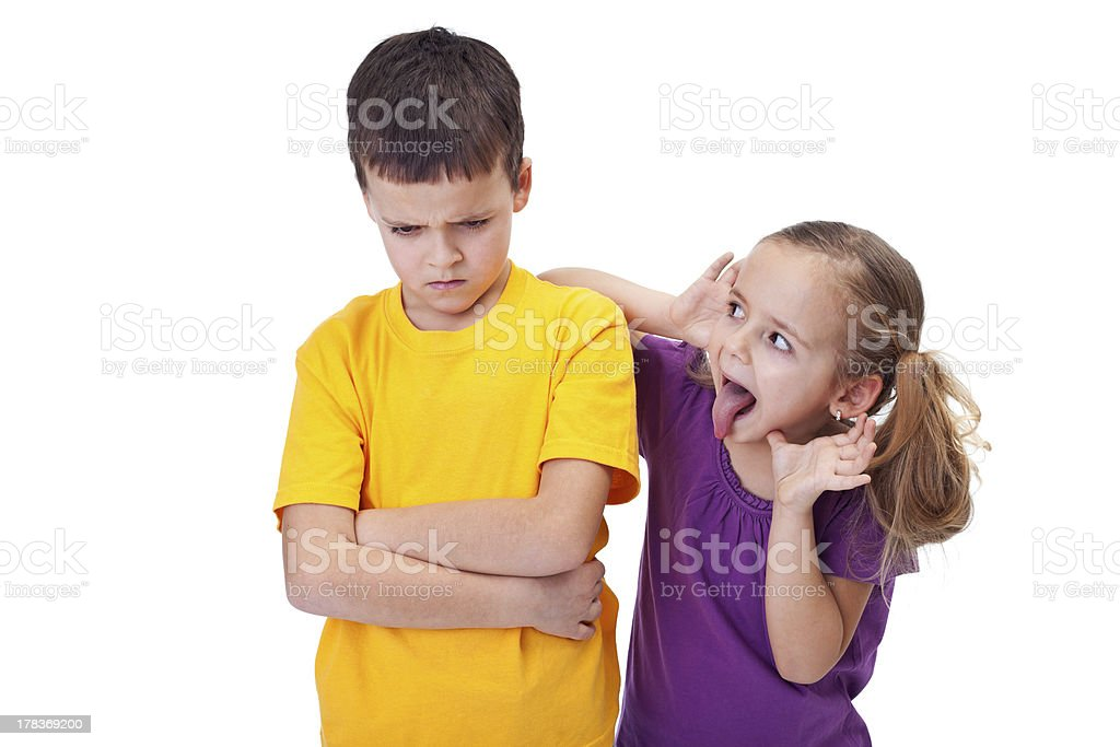 Junges Mädchen Sticheleien und mocking ein Junge – Foto