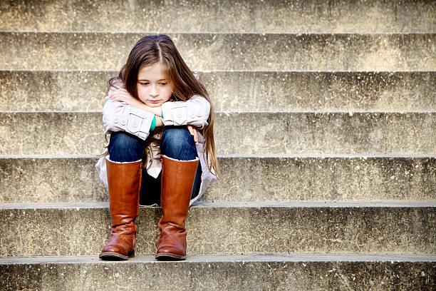 junges mädchen denken - kinder winterstiefel stock-fotos und bilder